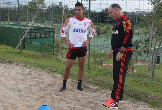 Nixon trabalha na areia e é orientado pelo fisiologista Cláudio Pavanelli (Foto: Gilvan de Souza / Flamengo)