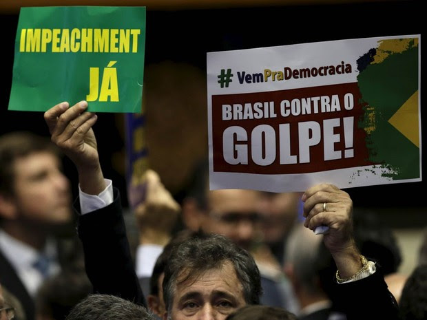 Parlamentares exibem cartazes a favor e contra o impeachment no plenário da Câmara dos Deputados (Foto: Ueslei Marcelino/Reuters)