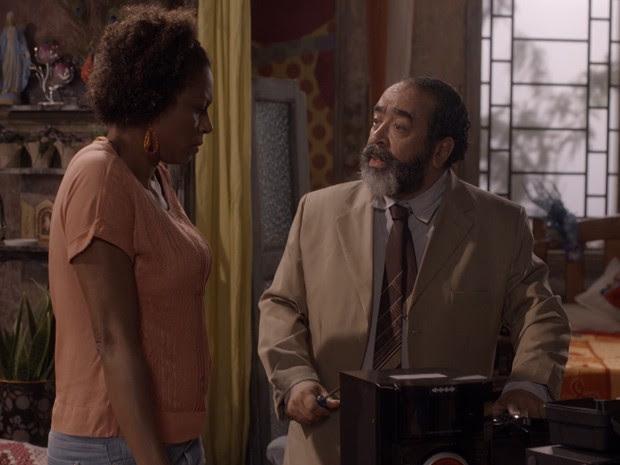 ...e ex-presidirário tenta enrolar a empregada doméstica (Foto: Tv Globo)