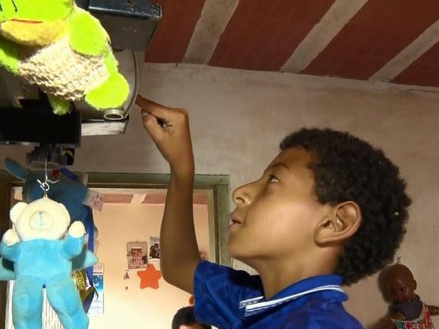 Luciano Messias liga TV após sete meses sem energia elétrica em casa, Santa Rita do Sapucaí (Foto: Reprodução EPTV)