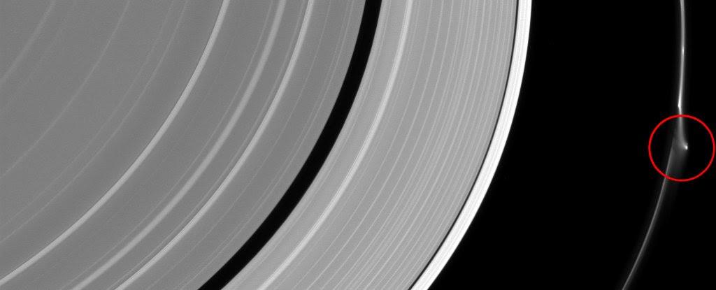 aneis-de-Saturno-misterioso-objeto