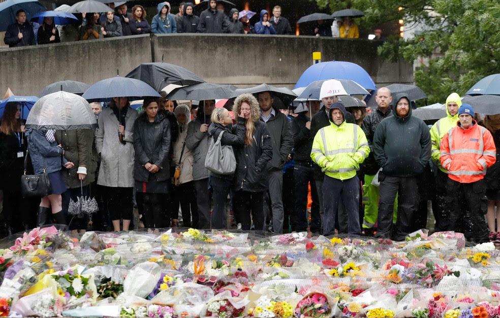 Londrinos participam de minutos de silêncio em homenagem às vítimas de ataque terrorista  (Foto: Matt Dunham/ AP)