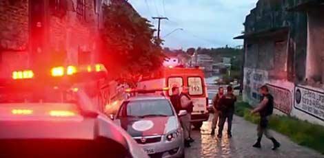 Na Rua da República, bairro do Varadouro, na capital da Paraíba, a mulher foi arremessada do carro e o suspeito fugiu / Foto: TV Cabo Branco/ Reprodução