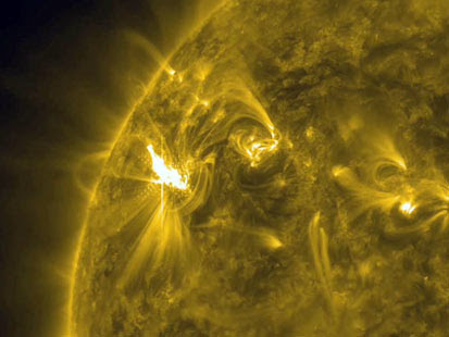 ht nasa solar flare 2nt 120509 main Enormous Sunspot Could Lead to Solar Flares