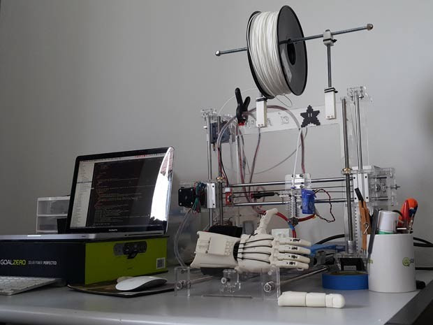 Impressora 3D usada por cientista da computação de Brasília para fazer próteses a baixo custo (Foto: Raquel Morais/G1)
