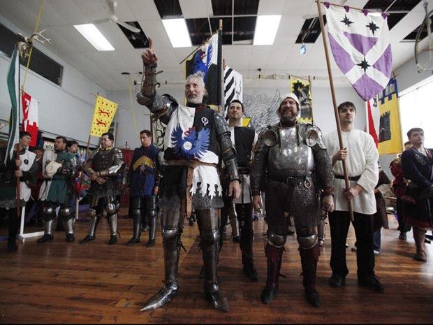 Sócios da academia fazem cumprimento antes dos combates com espadas