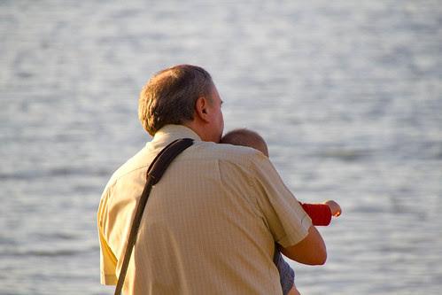 Julen viendo el Mar Cantábrico, de cerca, con el aitxitxe (foto de Leire)