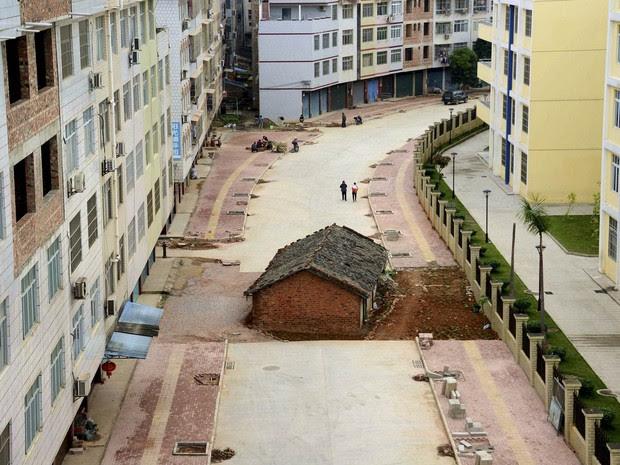 Casa é vista no meio de uma avenida construída em área residencial na cidade de Nanning, na região autônoma de Guangxi Zhuang, China. De acordo com a mídia local, o dono se recusou a fazer o acordo de desapropriação, e as obras seguiram normalmente (Foto: Reuters/Stringer)