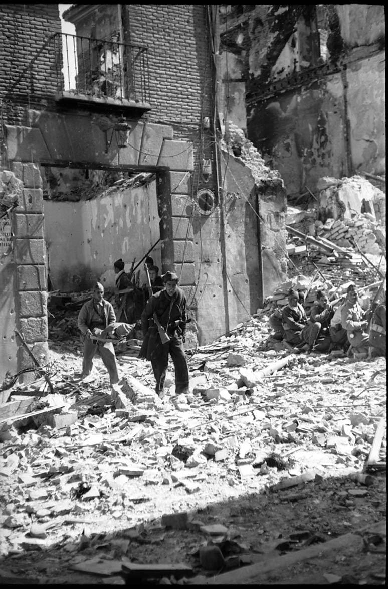Evacuación de heridos en los combates del asedio al Alcázar de Toledo en septiembre de 1936. Fondo del Estudio Fotográfico Alfonso. Archivo General de la Administración. Ministerio de Cultura