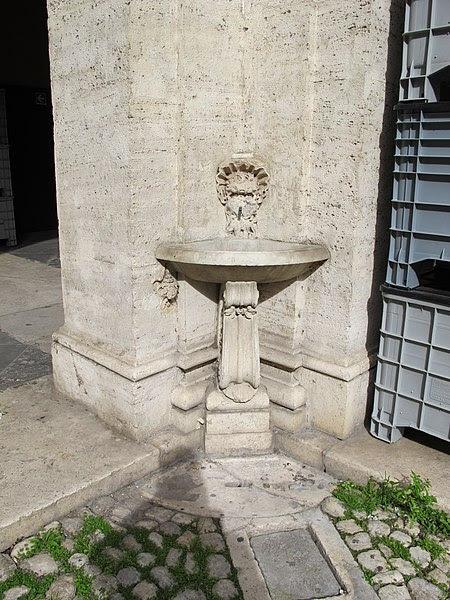 File:Sant'ivo alla sapienza, cortile 07 fontanella.JPG