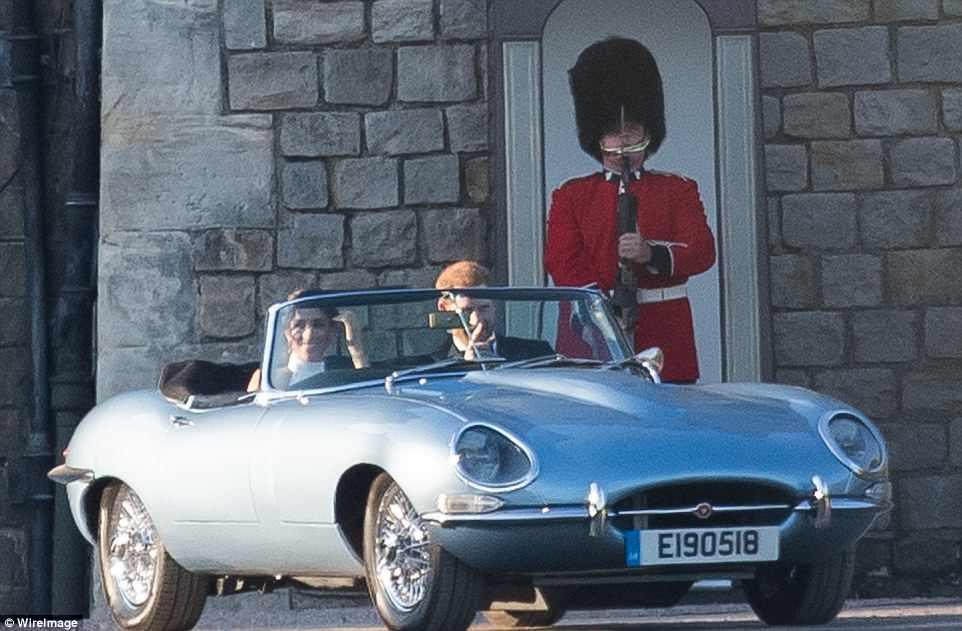 Harry conduce a su novia Meghan en un Jaguar con la fecha de su boda real en la matrícula