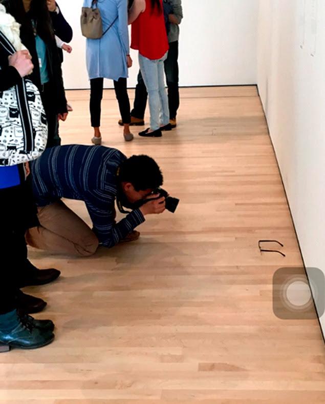Visitantes confundem óculos no chão como obra de arte nos EUA