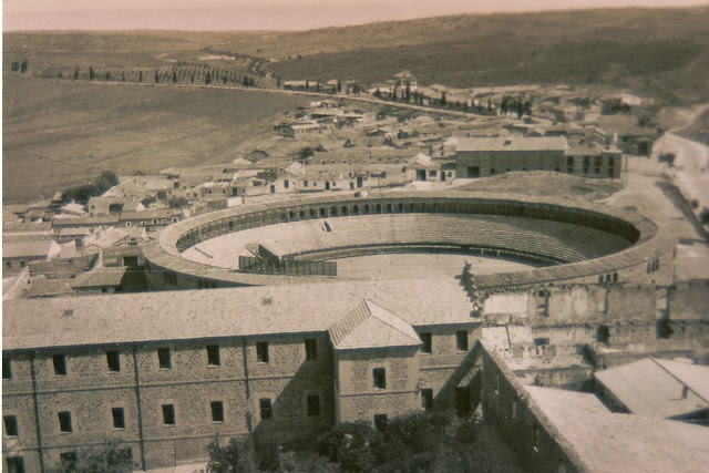 Plaza de Toros y Camino del Cementerio y de Madrid hacia 1900 vistos desde el Hospital Tavera
