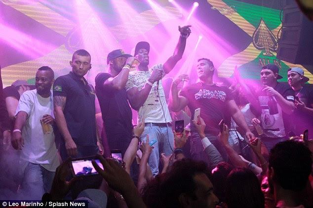 Parte: O velocista lendário estava cantando no palco do clube durante o seu 30º aniversário comemorações no Rio