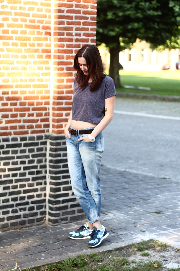 Boyfriend Jeans, Crop Top and Nikes