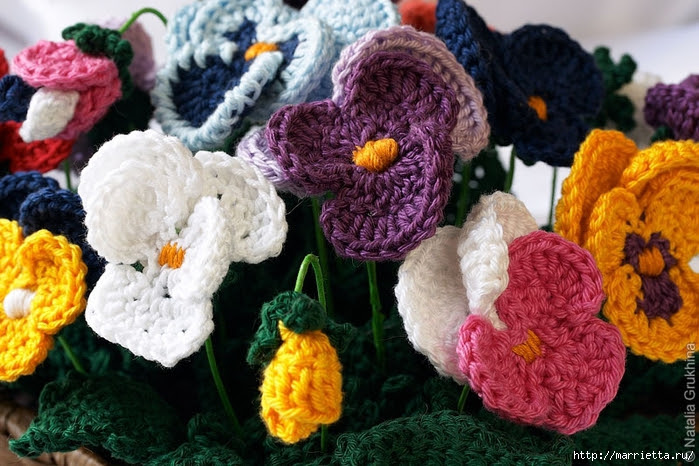 Pansies hook.  Curtain for kitchen and flower arrangement (13) (700x466, 304Kb)