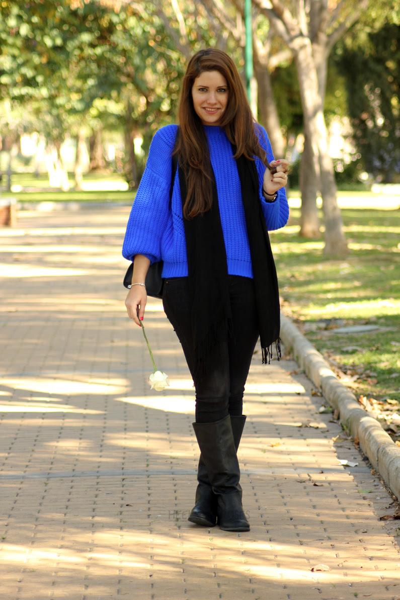 jeans-negros-y-jersey-azul-eléctrico-heelsandroses-(1)