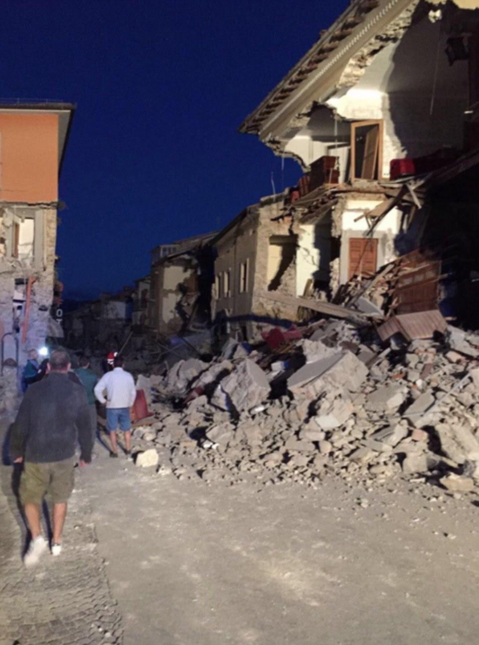 Uma rua, uma vez tranquila e pitoresca é visto com moradores indo sobre suas vidas diárias (à esquerda) antes do terremoto.  Na quarta-feira a bela varanda do edifício desmoronou em uma pilha de escombros (à direita)