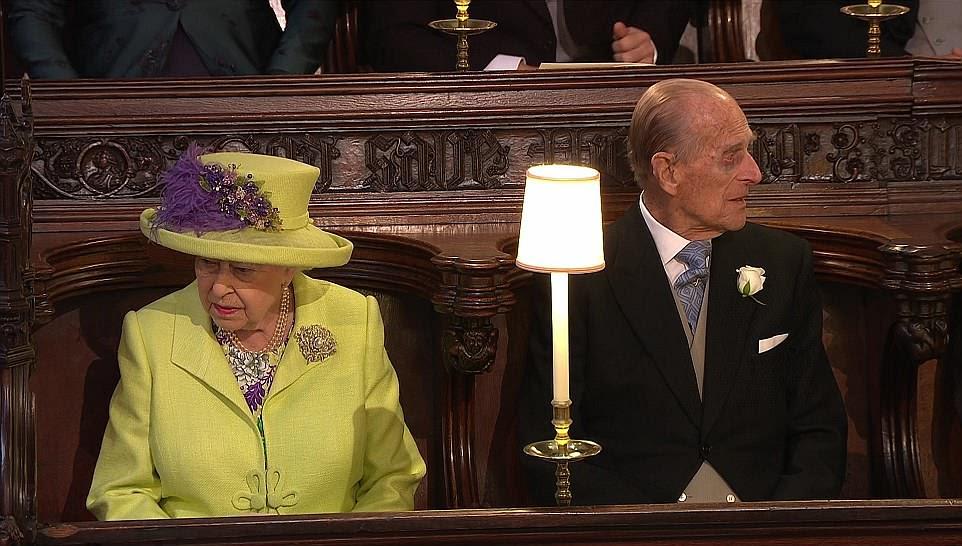 Sua Alteza Real: A Rainha toma seu lugar com o marido Príncipe Phillip, que recentemente passou por um transplante de quadril