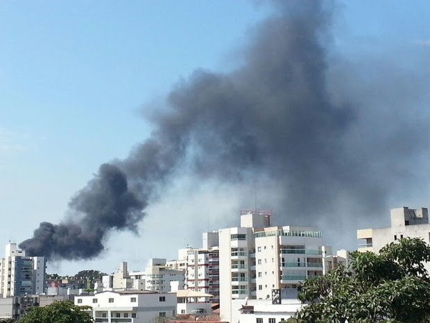 Fumaça preta densa é registrada por moradores de Jardim Camburi (Foto: VC no ESTV)