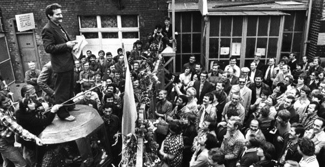 Walesa se dirige a los trabajadores del astillero de Gdansk durante una huelga en 1980. - REUTERS