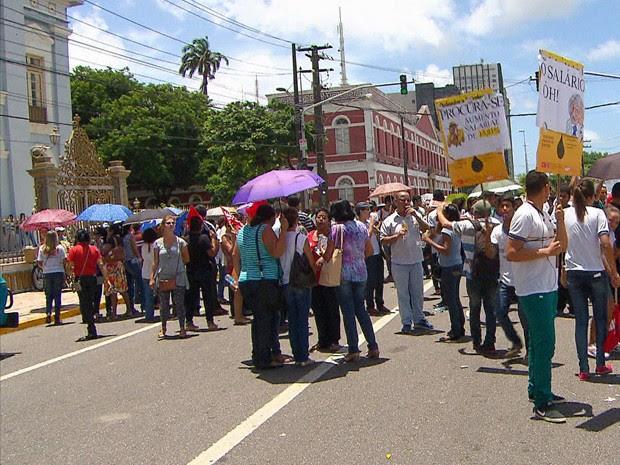 Professores fizeram protesto em frente à Assembleia Legislativa de Pernambuco (Alepe) (Foto: Reprodução / TV Globo)