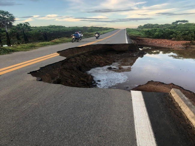 Rompimento de barragem interdita Rodovia em Santana Acaraú