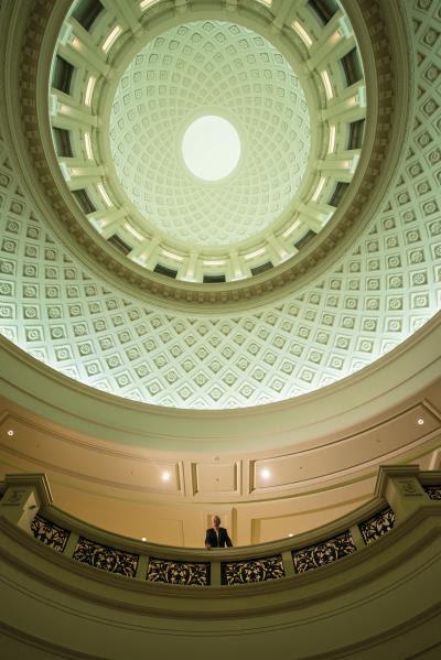 經過周鍊的妙手設計,台南奇美博物館在燈光的襯托下, 夜裡依然氣勢恢弘。(莊坤儒攝)