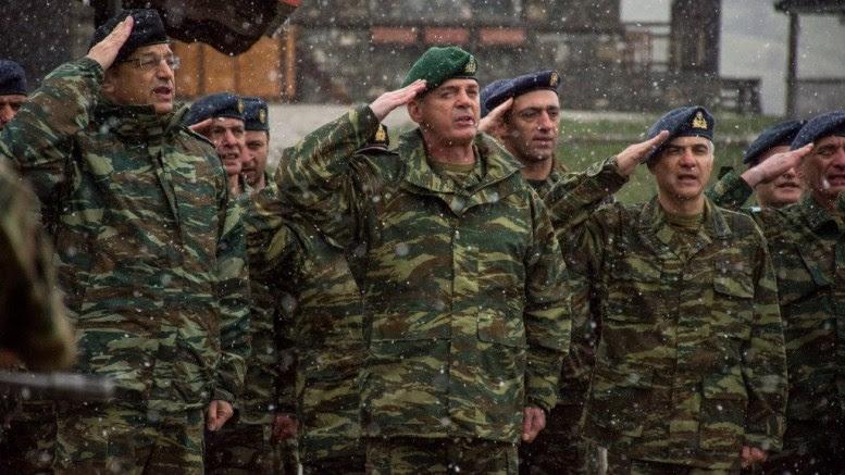 Ο Αρχηγός ΓΕΣ και αξιωματικοί του Γ ΣΣ υπό βροχή χαιρετούν τη σημαία κατά την ανάκρουση του Εθνικού Ύμνου Πηγή: ΓΕΣ
