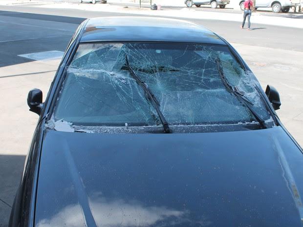 Carro bateu em vidraça da loja de conveniência (Foto: Amanda Franco/ G1)