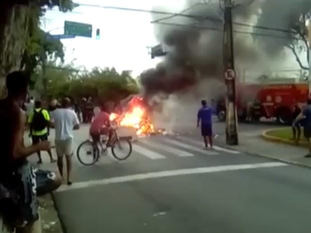 Manifestantes queimaram pneus e o Corpo de Bombeiros foi acionado, na Torre (Foto: Patrícia Maia/WhatsApp)