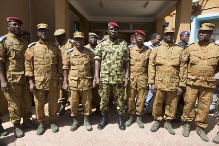 © Reuters. Cientos protestan en Burkina Faso por toma del poder por parte del Ejército
