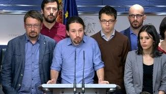 Pablo Iglesias, envoltat de membres de Podem, valora la reunió amb PSOE i Ciutadans