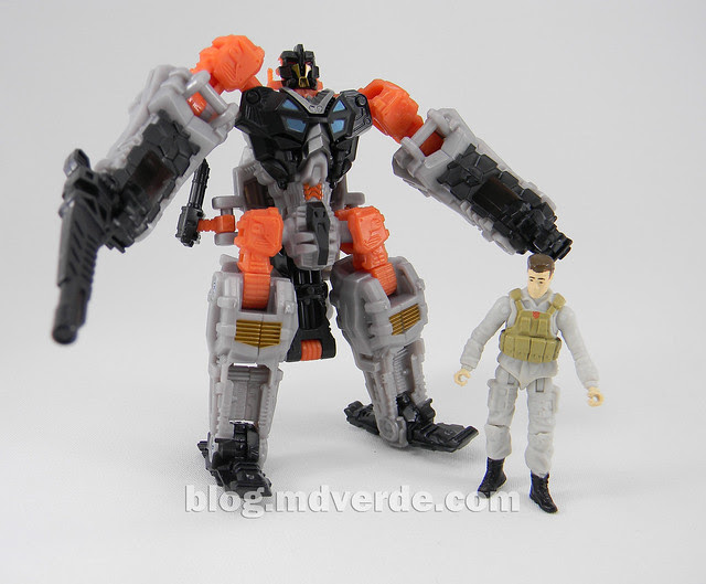Transformers Thunderhead DotM Human Alliance - modo robot con Major Tungsten