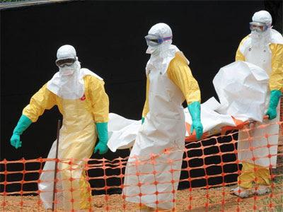Personal de Médicos Sin Fronteras en una de las zonas afectada por la epidemia del virus / EFE