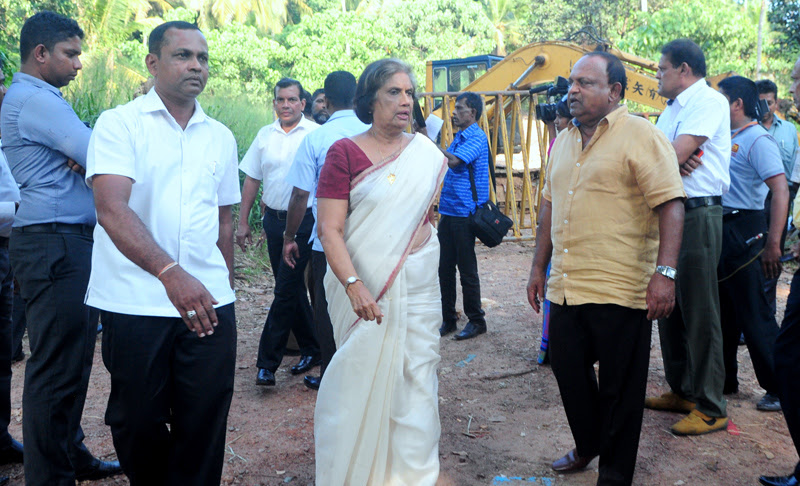 Former President Chandrika Bandaranaike Kumaratunga went on an ispection tour of the garbage dumping site in the Dadagamuwa area. Pictures by Wasitha Batabendige