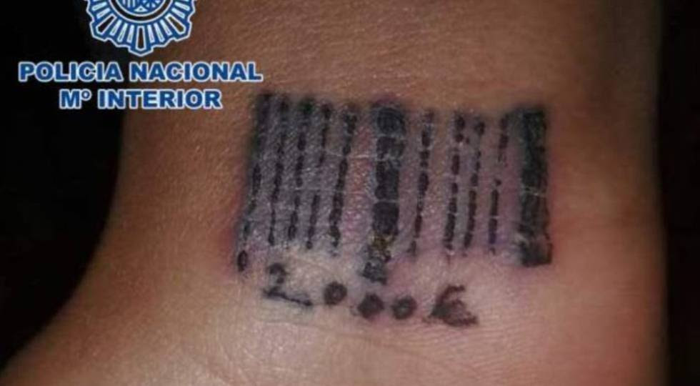 Código de barras e preço tatuados no pulso de uma vítima romena, em 2012.