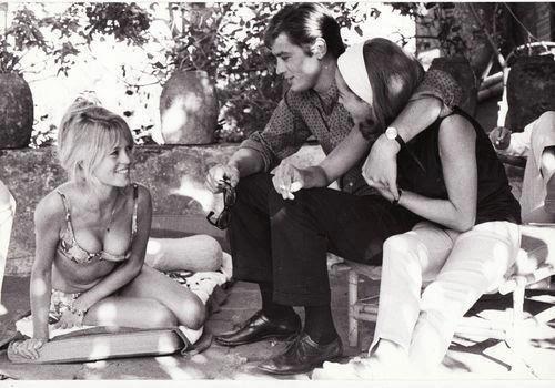 Alain Delon con Nathalie y Brigitte