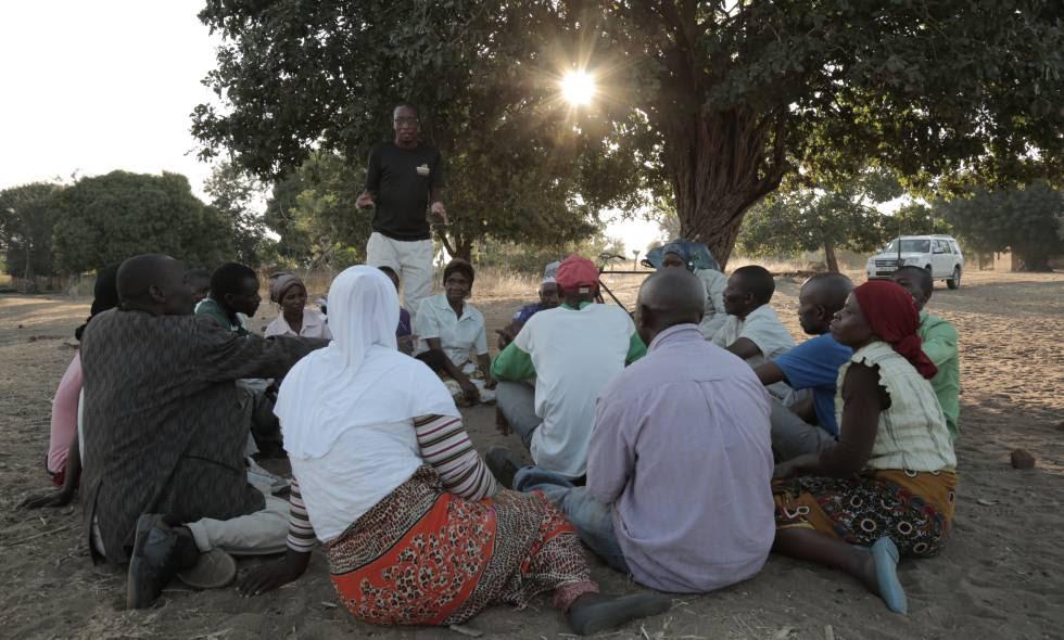 Los vecinos de Kuluunda (Malawi) que lucharon por sus derechos sobre las tierras que cultivaban, reunidos bajo un manduro.