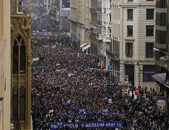 Miles de personas participan en la manifestación para reivindicar la acogida de refugiados. Foto: AP.