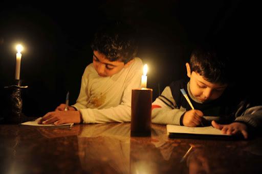 brasileiro recorre à luz de velas na falta de energia elétrica