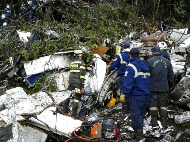 Equipe de resgate trabalha entre os escombros do avião da LaMia de prefixo CP-2933 que caiu com 81 pessoas a bordo na região de Antioquia, na Colômbia (Foto: Reprodução/Twitter/Departamento de Polícia de Antioquia)