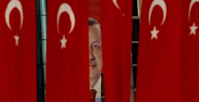 Una imagen de Recep Tayyip Erdogan entre banderas de Turquía. - REUTERS