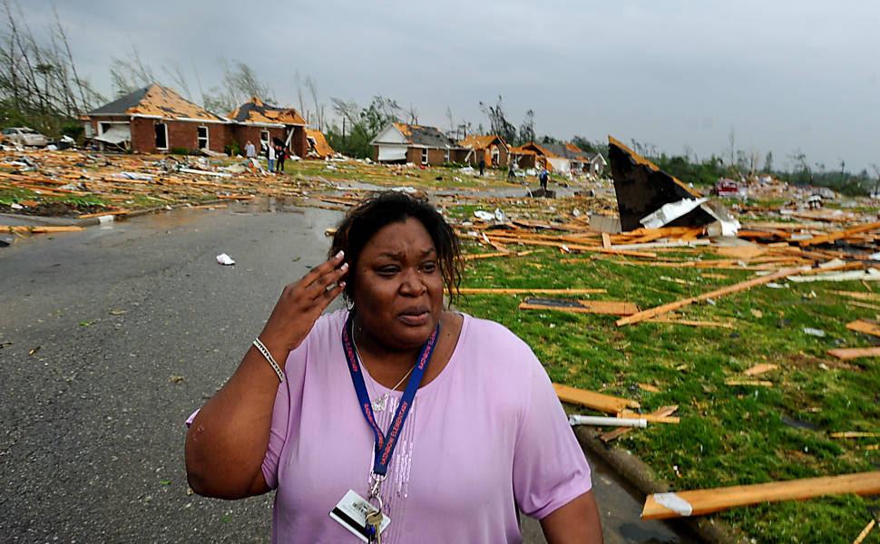 Am Athens, Alabama, moradora caminha em frente aos restos de sua casaLeia mais