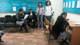 Люди в здании карагандинского суда.