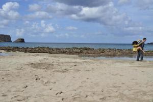 La compañía Karbala en una playa de Menorca. Foto: Jason Keith