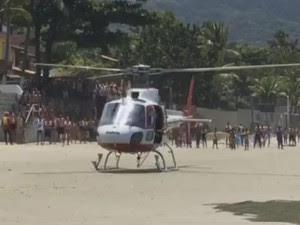 Bombeiros salvam jovem de 20 anos afogado em Ubatuba (Foto: Paulo Lopes de Oliveira/Vanguarda Repórter)
