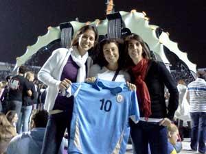 Trio de amigas veio do Uruguai para assistir ao show. (Foto: Gustavo Miller / G1)