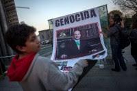 Familiares de desaparecidos extienden un retrato de Felipe Calderón. Foto: Alejandro Saldívar