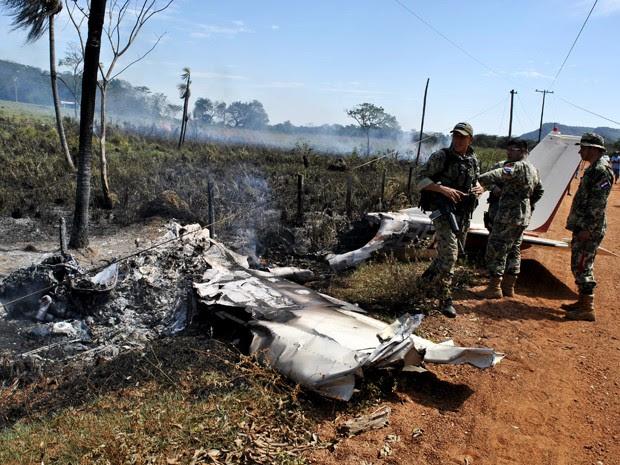Soldados paraguaios são vistos ao lado de destroços do avião que transportava o ex-presidente Juan Carlos Wasmosy, após acidente em uma estrada na área rural de Yby Yau, na quarta (12) (Foto: Reuters/Aldo Rojas/ABC Journal)